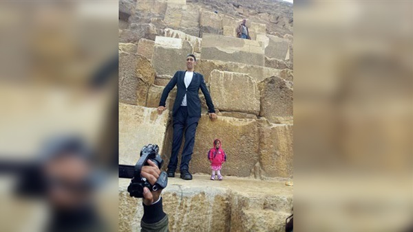 The tallest man and the shortest woman in the world to visit the pyramids and Cairo Tower