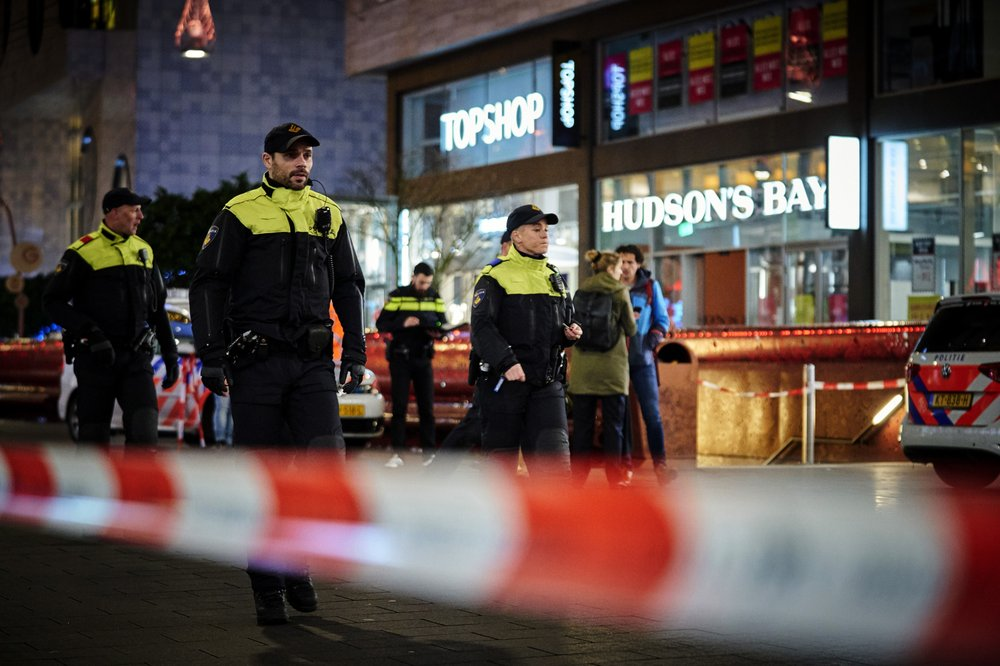 Dutch police continue hunt for attacker who stabbed 3