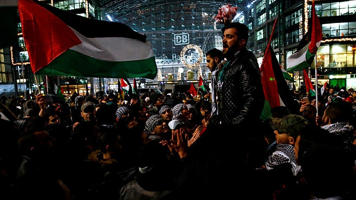 Berlin's police ban burning the Israeli flags in pro-Palestinian protests